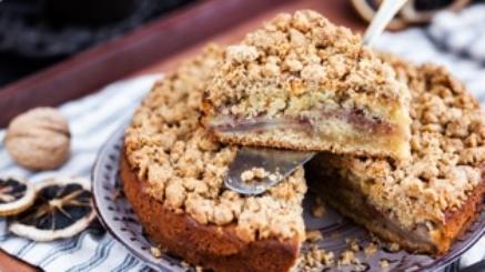 piece-of-fresh-homemade-apple-and-cinnamon-crumb-PA6VZ25